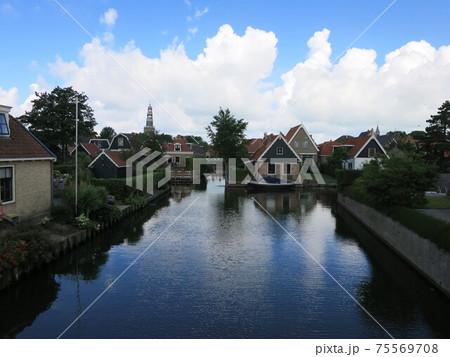 ヨーロッパの美しい村、オランダ北部ヒンデローペンの運河と家並み 75569708