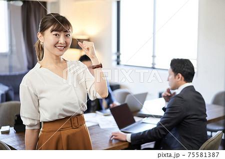 アジア人とラテン人の英会話ミーティングでガッツポーズをする女性 75581387