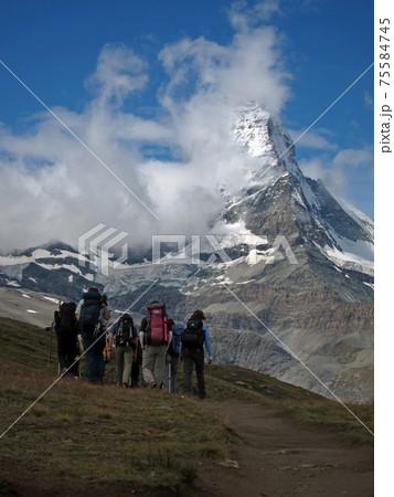 憧れの山マッタ-ホルンを眼前に眺めながらトレッキングを楽しむ人達 75584745