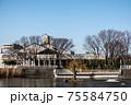 裏庭が池に面して建つ地域の文化的シンボルの図書館 75584750