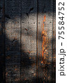 美しい焼き板塀の木目に陽光が当たる心象的なシルエット 75584752