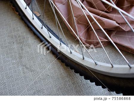 パンクして潰れているマウンテンバイクのタイヤを斜め上から撮影 75586868