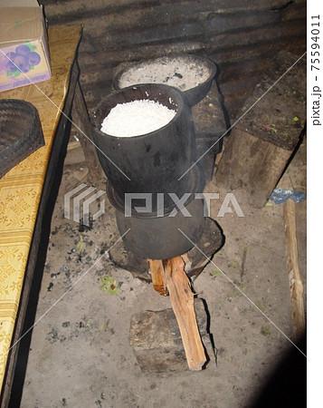かまどで米を炊く準備(ポーンサワン/ラオス) 75594011