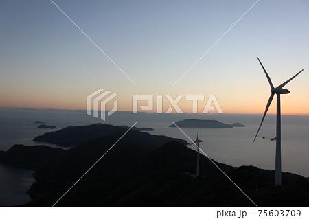 SDGs自然とエネルギー!風力発電所と自然豊かな瀬戸内海のきれいな夕陽!山口県上関町 75603709