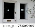 白い壁と手書きのClosedが印象的なドアと窓 75605405