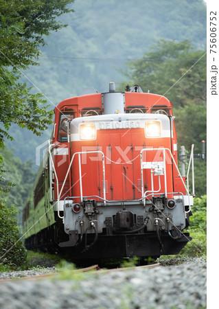 ばんえつ物語号客車を牽引するDE10形ディーゼル機関車 75606752