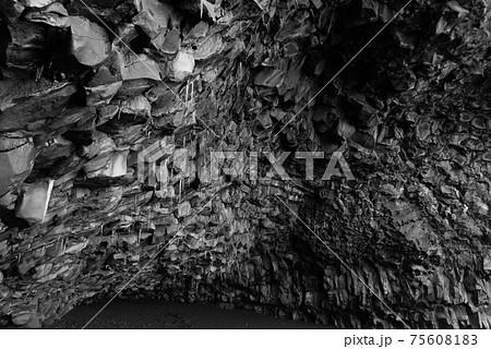 北欧アイスランドの冬期のブラックサンドビーチの洞窟 75608183