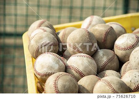 野球練習での多くのボール 75626710
