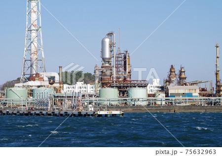 横浜根岸の石油コンビナートの景色 75632963