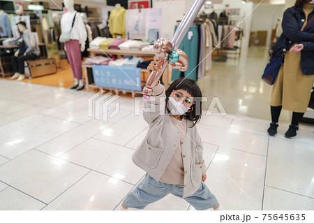 デパートの通路で遊ぶ子供のイメージ 75645635