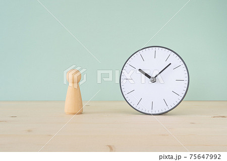 寿命|人の形をした木のオブジェと卓上時計 75647992
