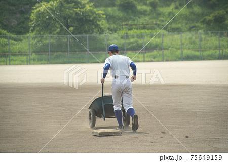 高校野球の練習をする選手 75649159