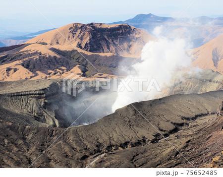 阿蘇中岳に至る稜線から見た阿蘇中岳第1火口と杵島岳 75652485