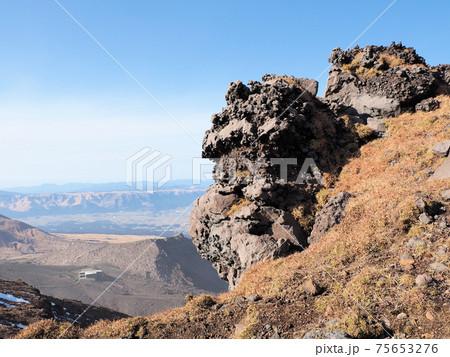高岳に至る稜線にある奇岩と仙酔峡ロープウェイ火口東駅跡 75653276