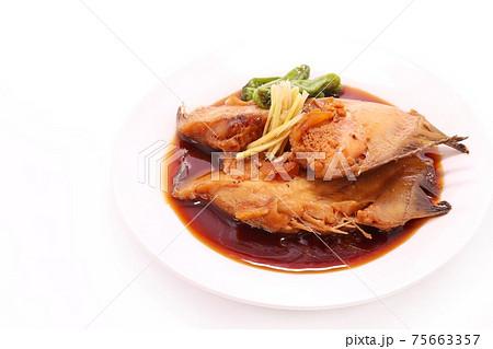 子持ちカレイの煮付け 魚料理 明るい背景 75663357