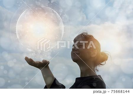 エコロジーイメージ・地球に触れようとする女性のCG 75668144