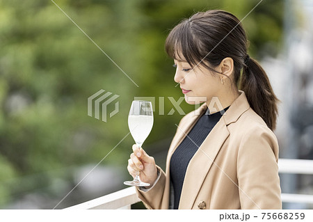 ワイングラスで日本酒を飲む女性 ライフスタイル 75668259