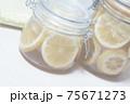 ガラス瓶のハチミツレモン 75671273