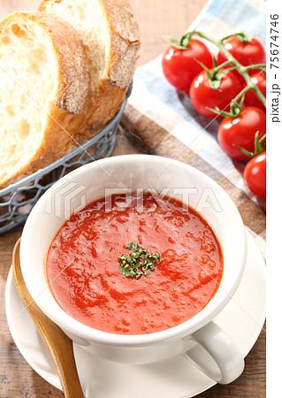 湯気が立つ食卓のトマトスープ ハイアングル 75674746