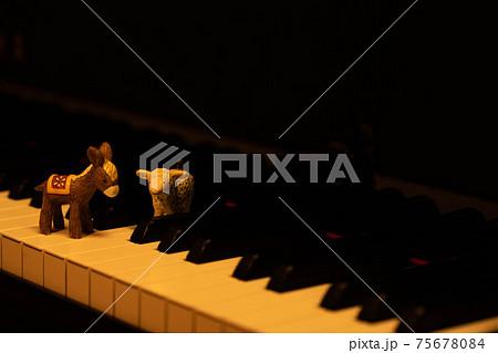 鍵盤の上に置いたロバとヒツジの置物 75678084