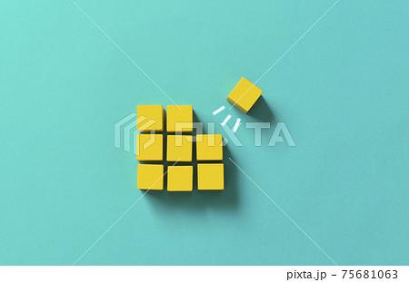 木製のブロックで表現するビジネス素材。ジャンプアップ、船出、出発、考えなど 75681063