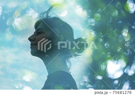 エコロジーイメージ・女性の横顔とアウトフォーカスで撮影した森の合成CG 75681276