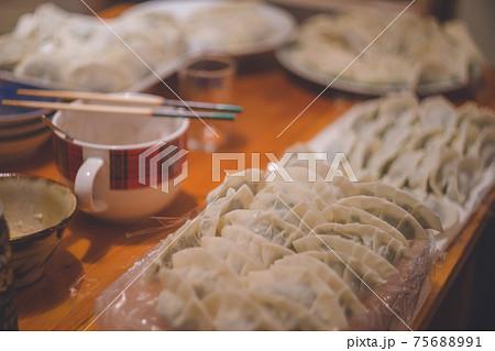 包んで焼く前、キッチンに並んだ「餃子」日本の家庭料理 75688991