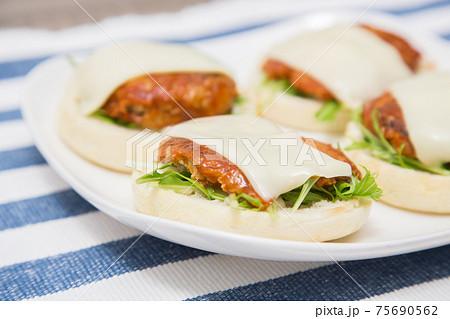 チーズハンバーグのイングリッシュマフィン 75690562