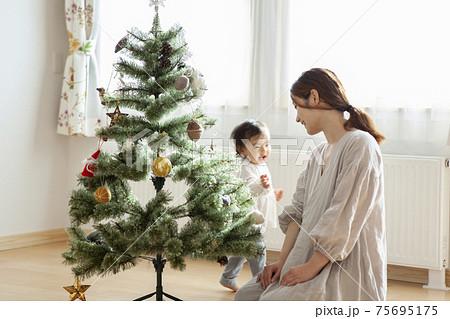 クリスマスツリーを飾る家族 75695175