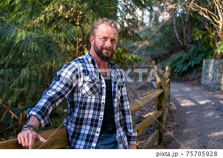 外国人 中年白人男性の森林の中でのポートレート 75705928