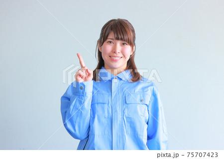 ユニフォームを着た女性_ワンポイントのポーズ 75707423