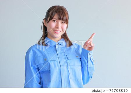 指さしのポーズ_ユニフォームを着た女性 75708319