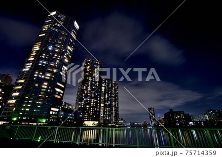 東京都 東雲の高層タワーマンション群の夜景 75714359