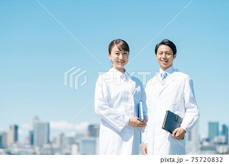 医療 屋外 白衣 75720832