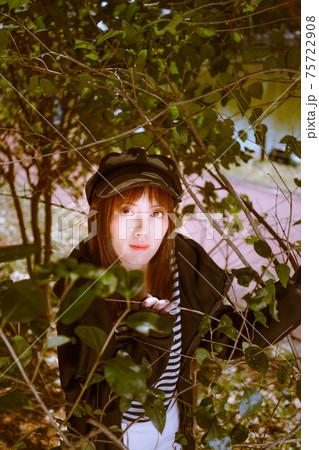 木の枝を額縁にして女子ポートレート 75722908