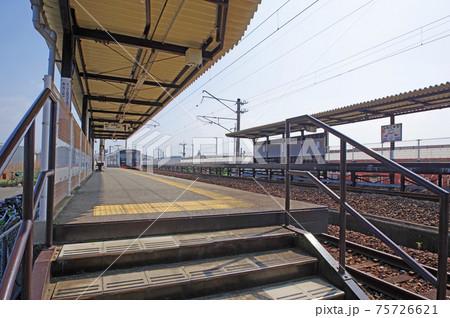 JR九州福岡県直方市の新入駅プラットホームと列車 75726621
