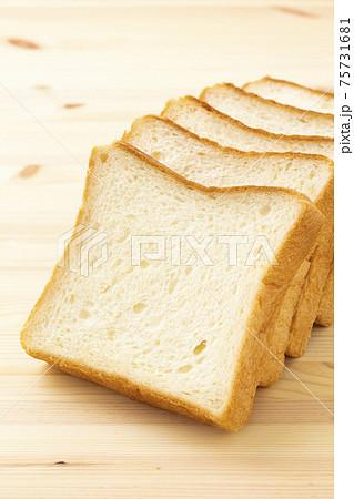 食パン 75731681