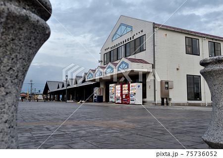 山口県長門市仙崎にある道の駅センザキッチンを海側から見た風景 75736052