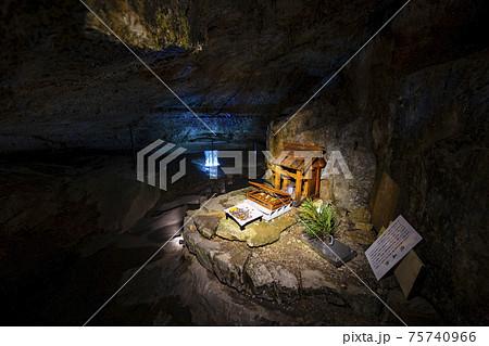 洞川温泉 モノレールと面不動鍾乳洞 75740966