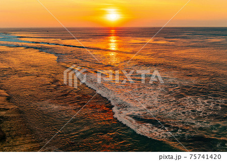 南国の夕日と海 75741420