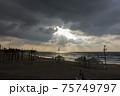 ビーチ 日没 夕暮れ 75749797