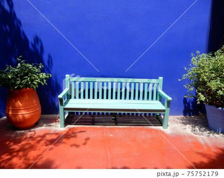 イヴ・サンローランが愛したマジョレル庭園内のベンチ 75752179