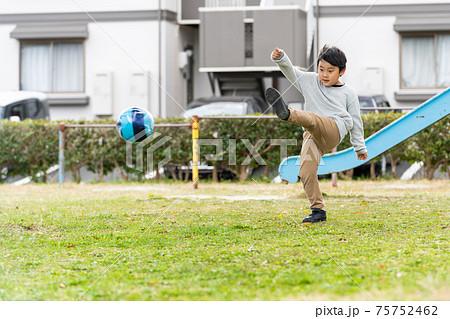 サッカー 公園 男の子 75752462