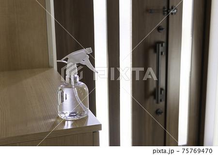 玄関に置いたアルコールスプレー。アルコール消毒イメージ 75769470
