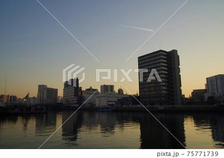 天王洲アイルの夕暮れ 運河の夕日と飛行機雲 75771739