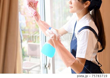 窓拭きをするハウスキーパー(家政婦)の女性 75783719