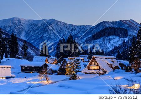 富山・五箇山・冬の合掌造り(相倉)・夜 75786512