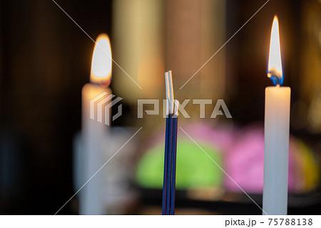 祭壇_ロウソクと線香 75788138