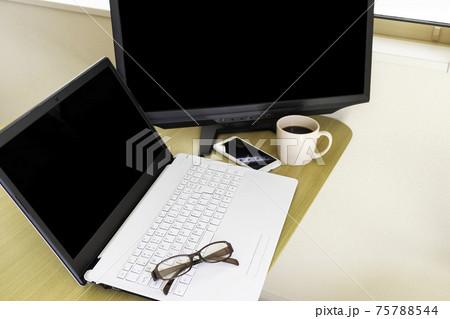 ノートパソコンとディスプレイを使い、在宅勤務するイメージ 75788544