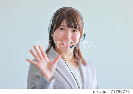 5つ目のポイントのポーズ_オペレータ女性 75790770